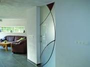 Gestraalde en gekleurde hardglazen deur