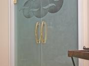 Hardglazen deuren met mattering en 'kap'werk.