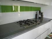 Glazen keukenachterwand wit-groen.